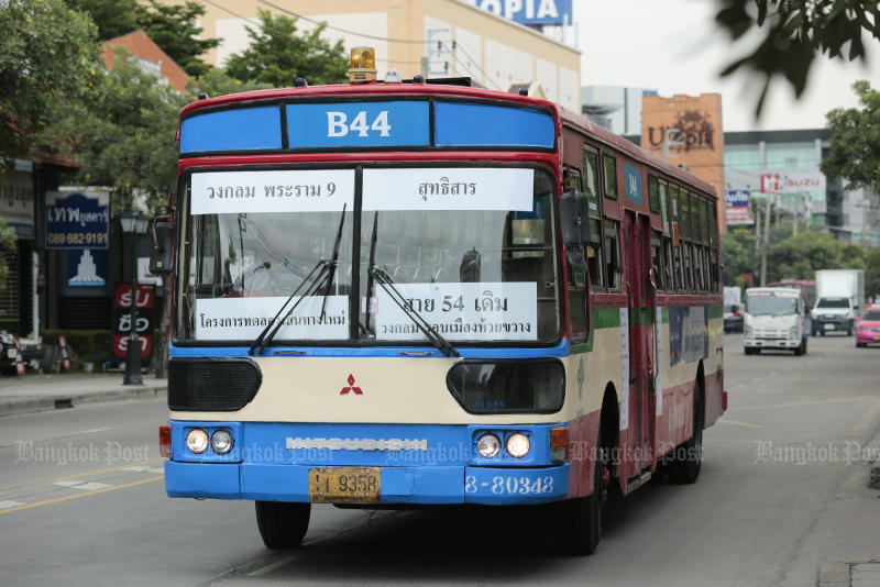 The Mass Transit Bangkok Authority tried a new system of bus route numbering, also using colours and English letters, in 2017 but it drew complaints and was scrapped shortly after the test run. (Photo by Patipat Janthong)