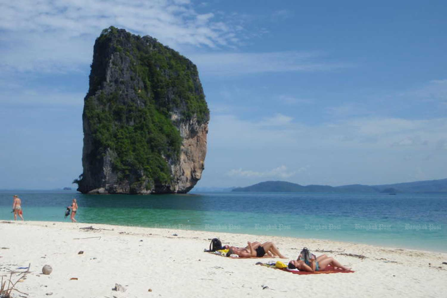 The romantic ambience of Ko Poda, a tiny island a few kilometres south of Ao Nang Beach (20 minutes by boat), makes it the perfect destination for honeymooners. (File photo by Yvonne Bohwongprasert)