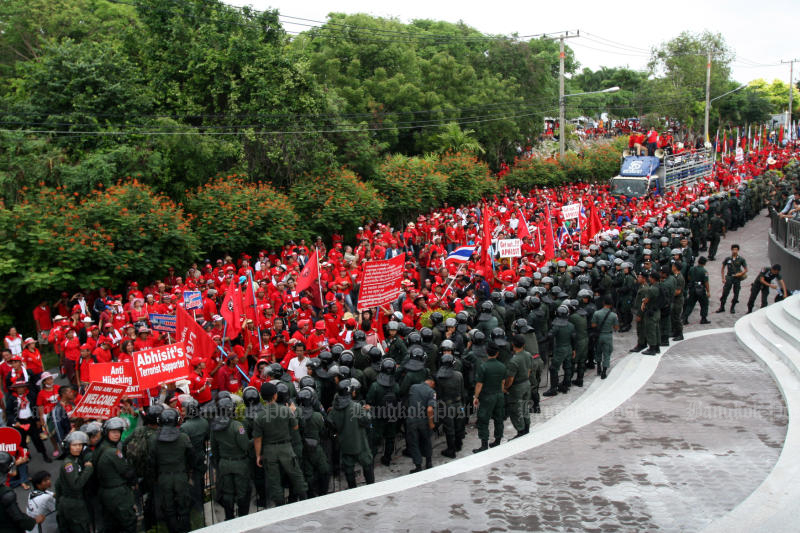 Red-shirt protesters march on the Asean Summit in Pattaya in 2009, demanding the ouster of then-prime minister Abhisit Vejjajiva, and the protest forces the hasty cancellation of the meeting. (Post Today photo)