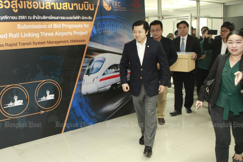 Charoen Pokphand chief executive Suphachai Chearavanont leads his team to submit a bid for a high-speed train project connecting three airports on Nov 12, 2018. The consortium is expected to sign the contract in September. (Bangkok Post file photo)