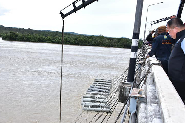 Water-pushing equipment is installed on the Moon River in Ubon Ratchathani to accelerate the flow of water into the Mekong River. (Royal Irrigation Department photo)