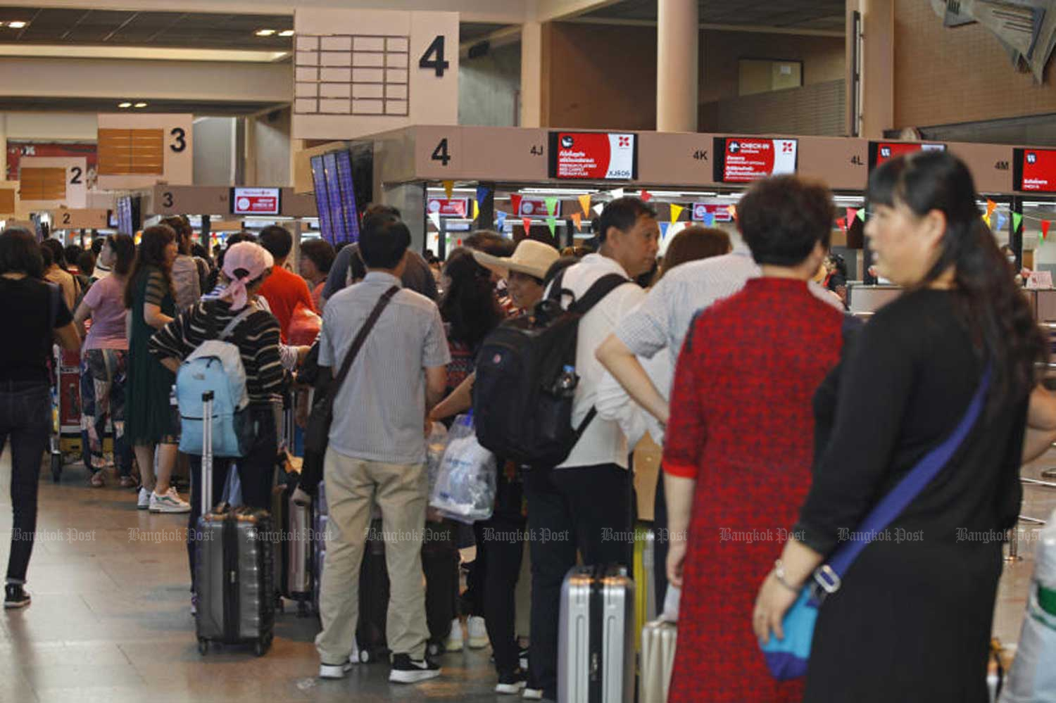 Passengers crowd Don Mueang airport, Bangkok, during the Songkran festival in April. (File photo by Varuth Hirunyatheb)
