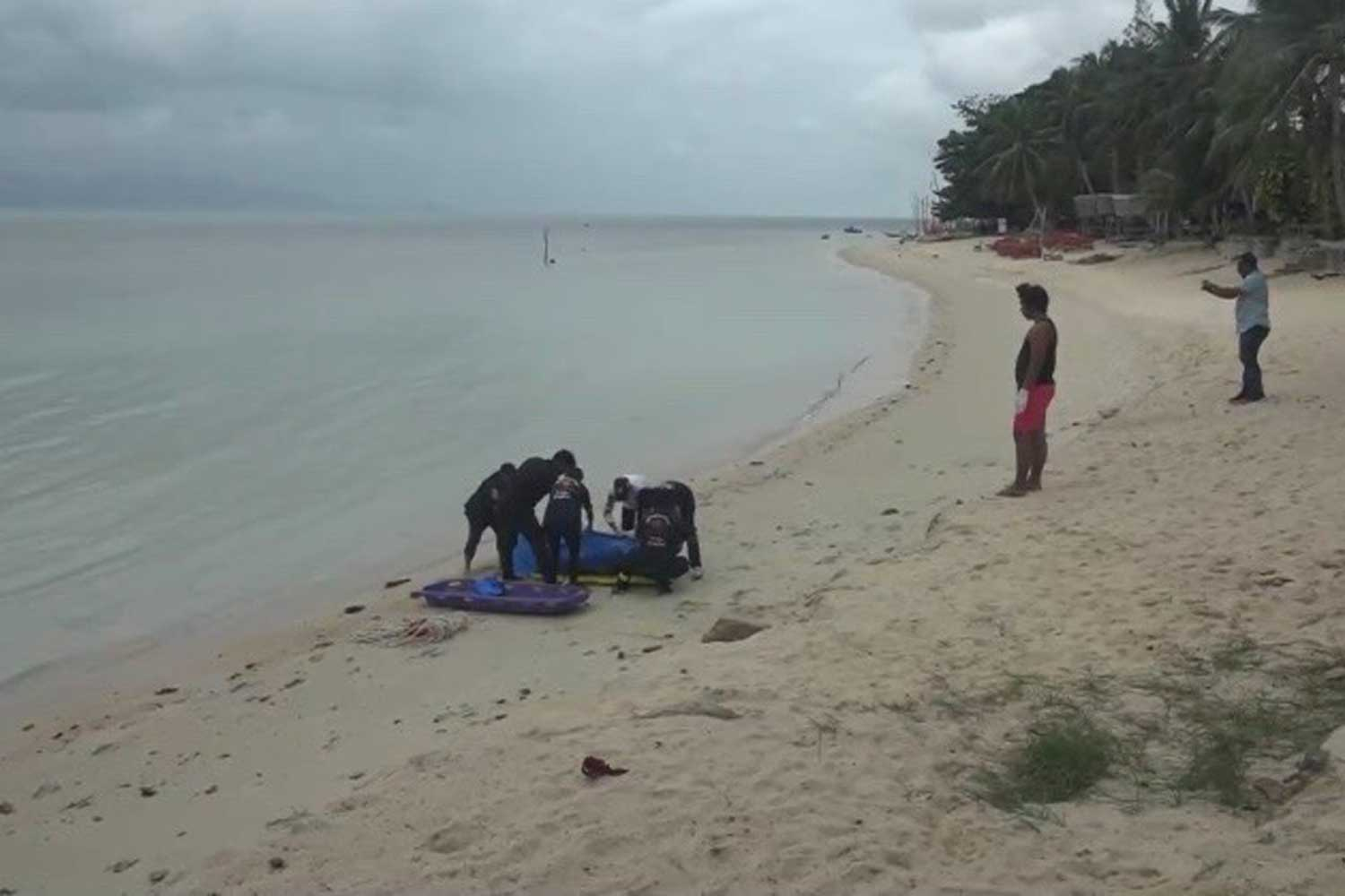 The body of an unidentified man is brought ashore after being spotted floating in the sea off Bang Po beach on Samui island in Surat Thani on Sunday afternoon. (Photo by Supapong Chaolan)