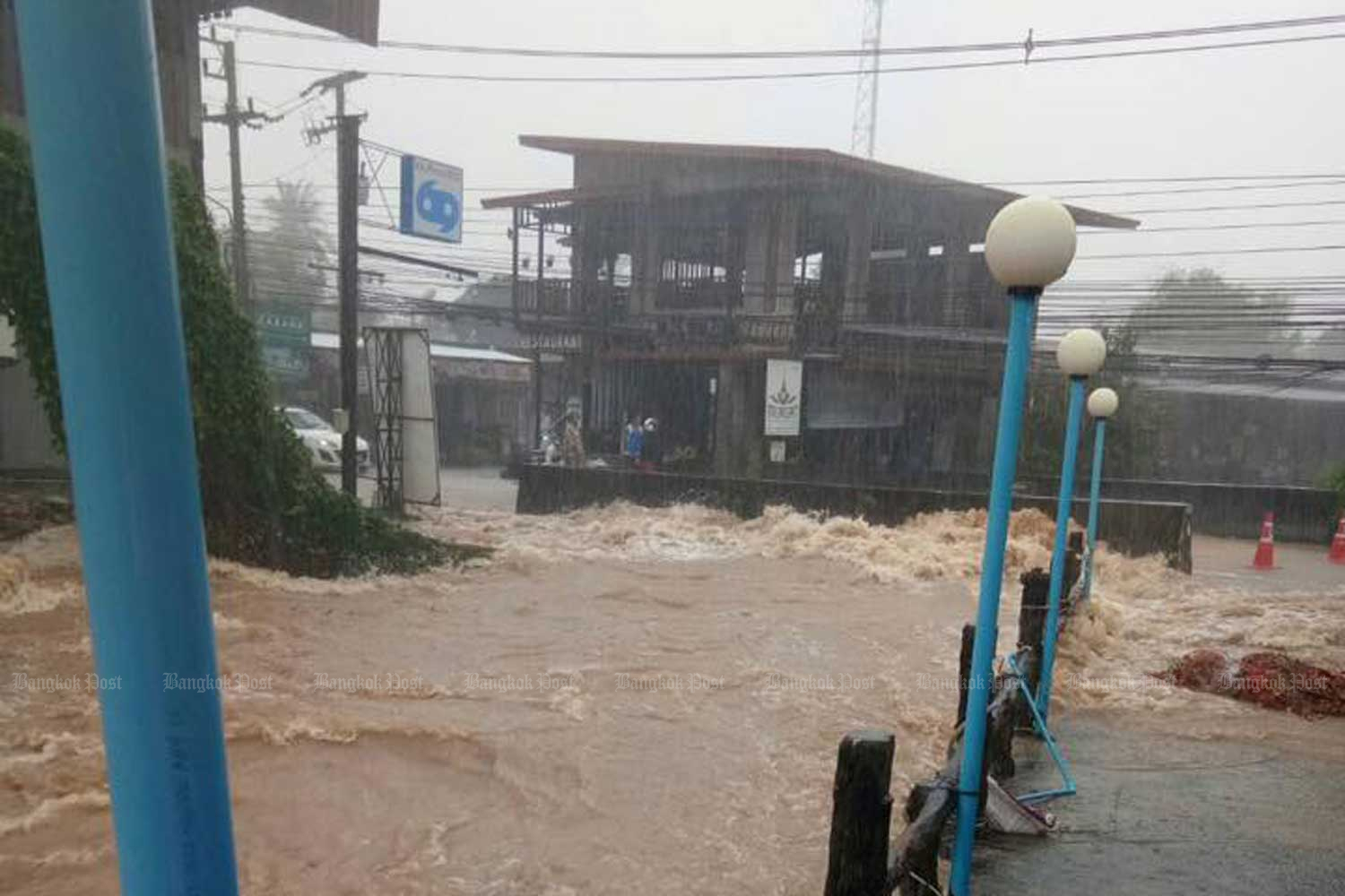 Flooding hit Ko Chang in Trat province on Sunday. (Photo from the Provincial Electricity Authority of Trat province)
