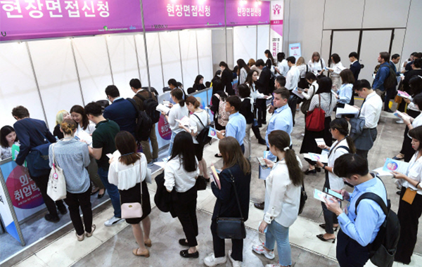 Job Fair For Foreign Residents 2019 is held in COEX centre in Seoul on Wednesday. (Pulse photo)