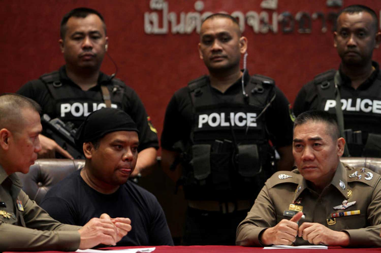 Phuket pub owner Panya Yingdang, alias Sia Uan, second left, was sentenced to life imprisonment on Wednesday for the murder of a young couple at the popular Khao Chi Chan attraction, or Buddha Mountain, in Chon Buri last year. (File photo)