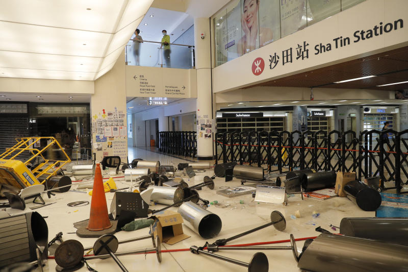 Bildergebnis für Hong Kong protesters vandalise subway station