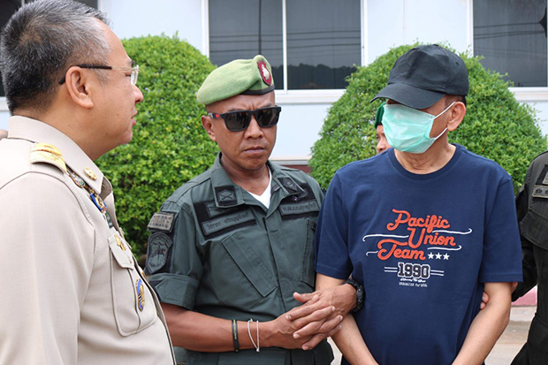 Suspected drug kingpin Sompong Ruangsri (right) talks to Surat Thani govenor Witchawut Jinto during a media briefing on his arrest in Muang district in Surat Thani on Sunday. (Photo by Supapong Chaolan)