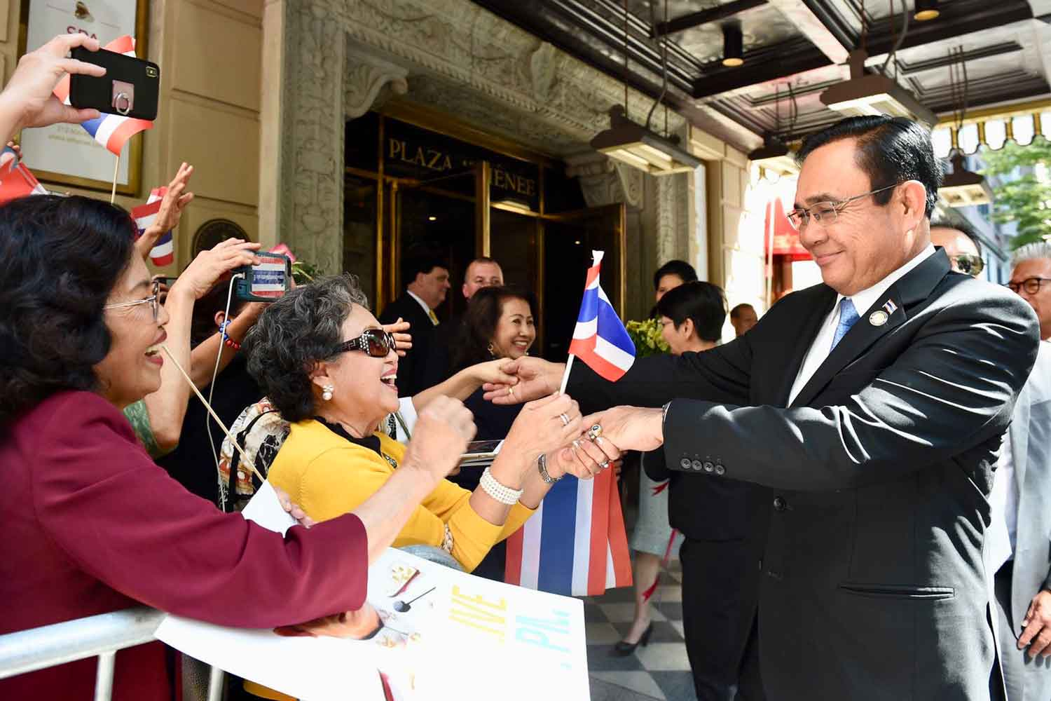 Prime Minister Prayut Chan-o-cha meets representatives of the Thai community in the US, in front of the Plaza Athenee Hotel in New York on Sunday. (Photo and video supplied)