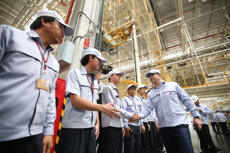 Carlos Ghosn, chairman of Nissan and Mitsubishi, visits the Mitsubishi plant in Chon Buri's Laem Chabang on April 26, 2017. (Photo supplied)