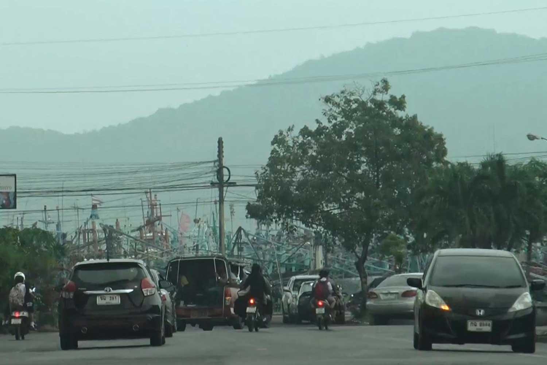 Smoke haze covers the southern province of Songkhla on Monday. (Photo by Assawin Pakkawan)