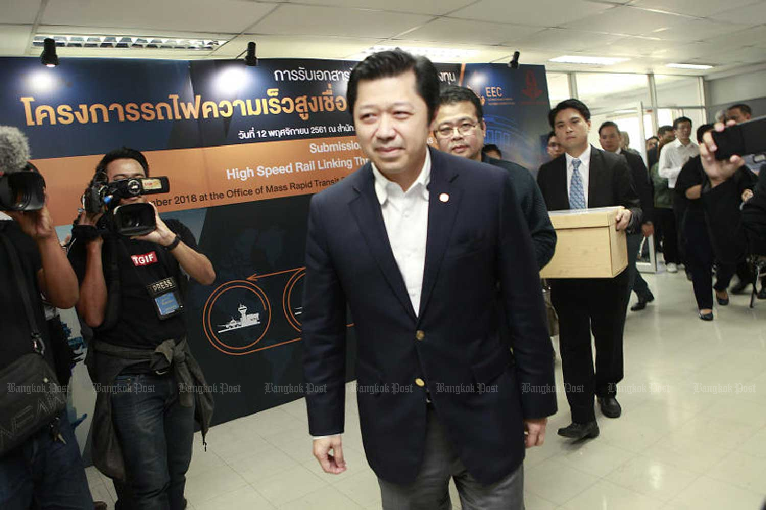 Charoen Pokphand chief executive Suphachai Chearavanont leads his team to submit a bid for a high-speed train project connecting Suvarnabhumi, Don Mueang and U-Tapao airports in November last year. (Photo by Pornprom Satrabhaya)