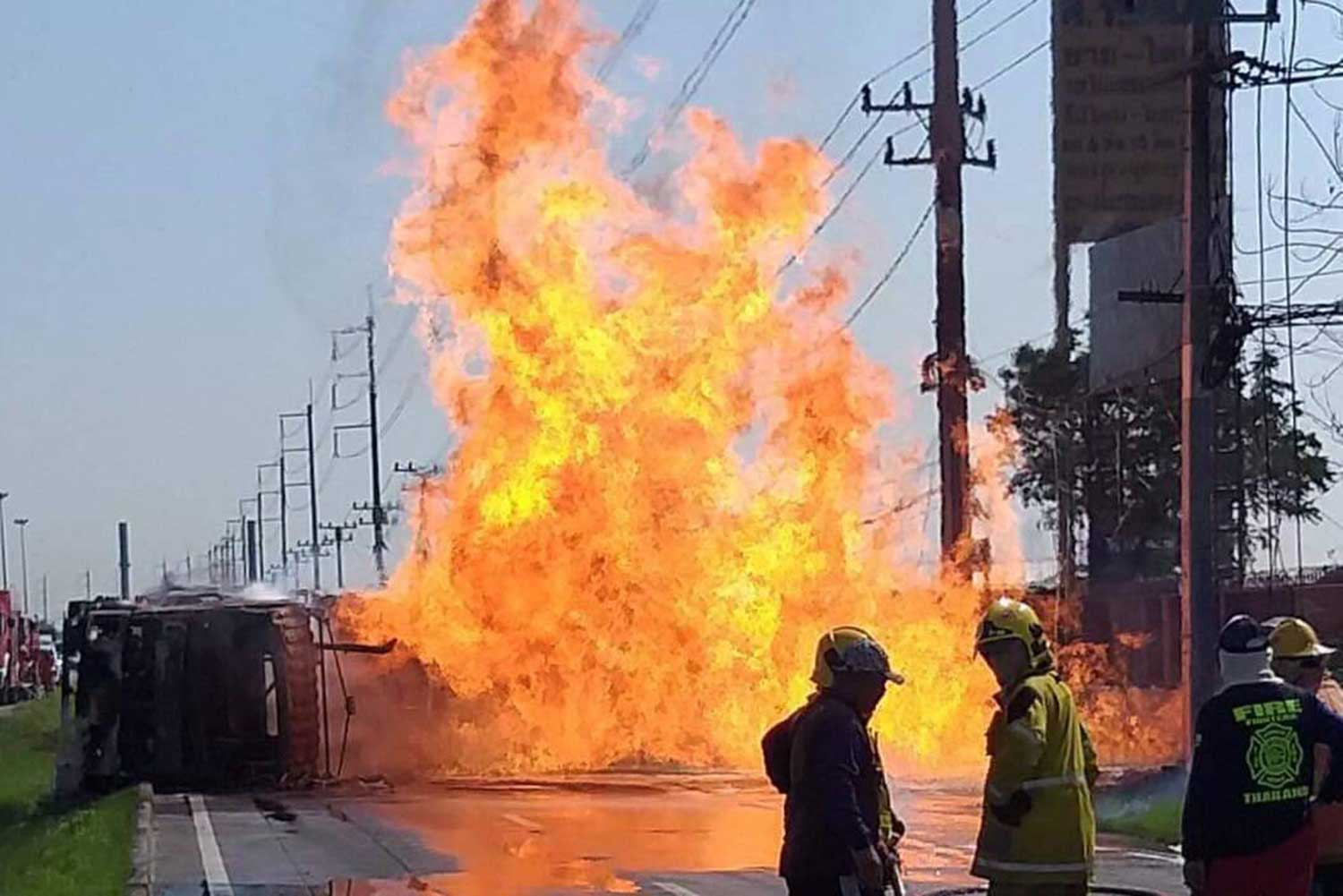 A fuel tanker carrying ethanol goes up in flames after it overturns in Wang Noi district of Ayutthaya on Friday morning. The driver scrambled to safety with only minor injuries. (Supplied photo via Sunthorn Pongpao)
