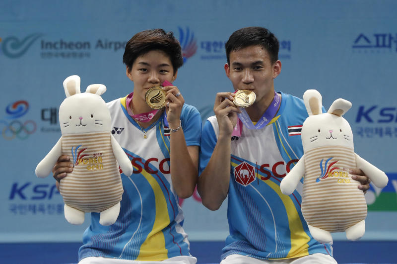 Sapsiree Taerattanachai (left) and Dechapol Puavaranukroh pose with their gold medals after beating China's Zheng Si Wei and Huang Ya Qiong during the mixed doubles final at the Korea Open badminton in Incheon on Sunday. (AP photo)