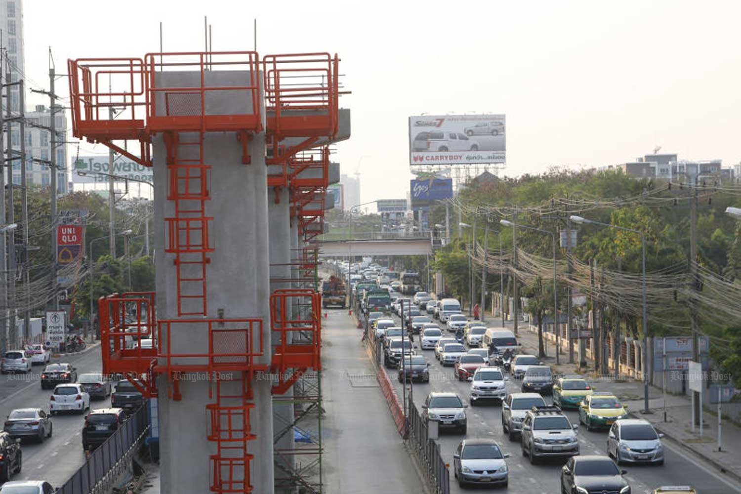 Motorists plough through traffic congestion caused by the construction of a monorail, the Pink Line, in front of the Central Chaeng Watthana shopping mall. The 34.5km rail route will run from the Government Complex in Nonthaburi to Ramkhamhaeng 192 Road near the Romklao intersection. (Photo by Wtacharawit Phudork)