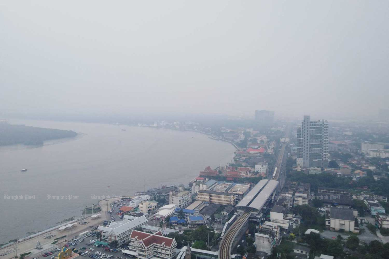 Thick smog covers Samut Prakan and Bangkok on Monday morning. (Photo by Somchai Poomlard)