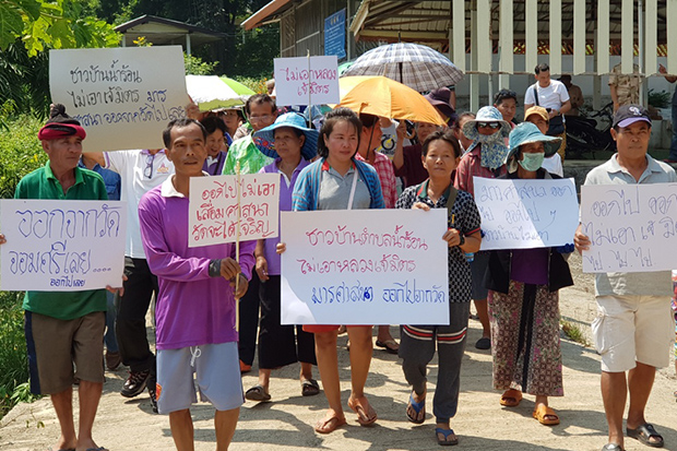 Local residents demonstrate with placards demanding the expulsion of the abbot of Wat Chom Sri in Muang district of Phetchabun on Sunday. (Photo by Soonthorn Kongwarakhom)