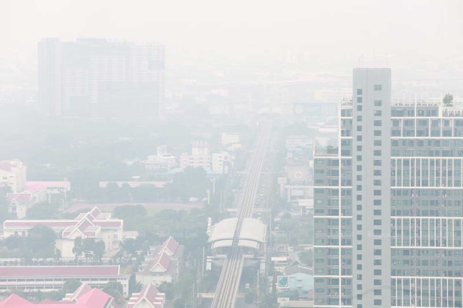 Fine dust was at unsafe levels in most of greater Bangkok on Monday. (Bangkok Post photo)