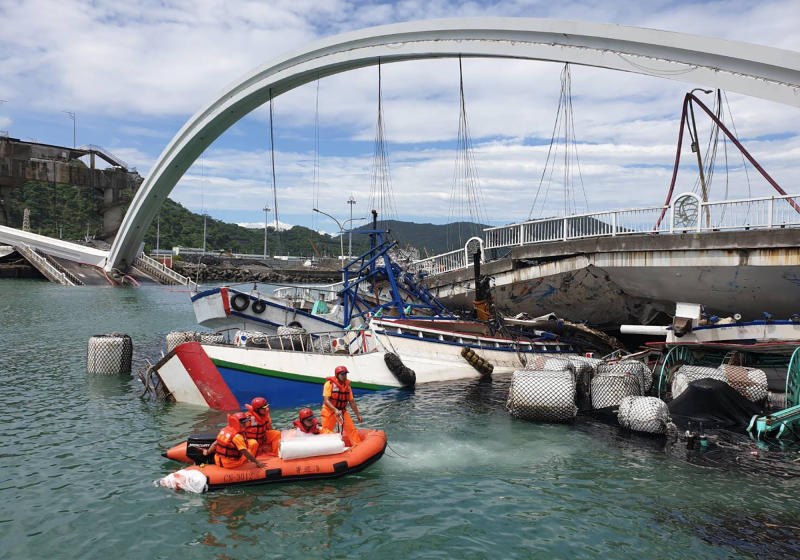 Rescuers work near the site of a collapsed bridge in Nanfangao, eastern Taiwan. on Tuesday.  (AP photo)