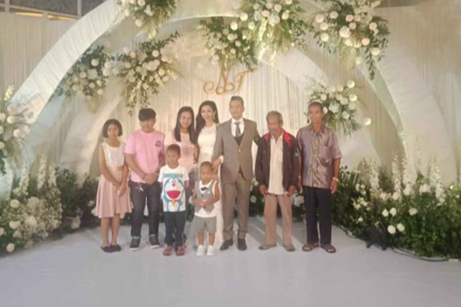 Family members pose for photos with the wedding couple at Alvarez Hotel in Muang district of Buri Ram in May. (Photo supplied)