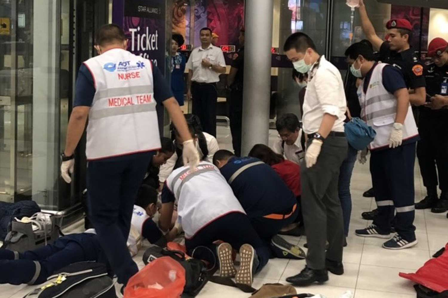 Medical staff give first aid to a Finnish man after he fell from the sixth floor in the outbound zone at the Suvarnabhumi airport passenger terminal on Friday night. He sustained broken legs and multiple fractures and was pronounced dead later at a hospital. (Photo by Sutthiwit Chayutworakan)