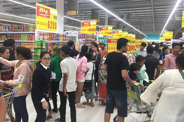 People shop at Big C in Poipet, its first supermarket in Cambodia. (Photo from Big C Facebook page)