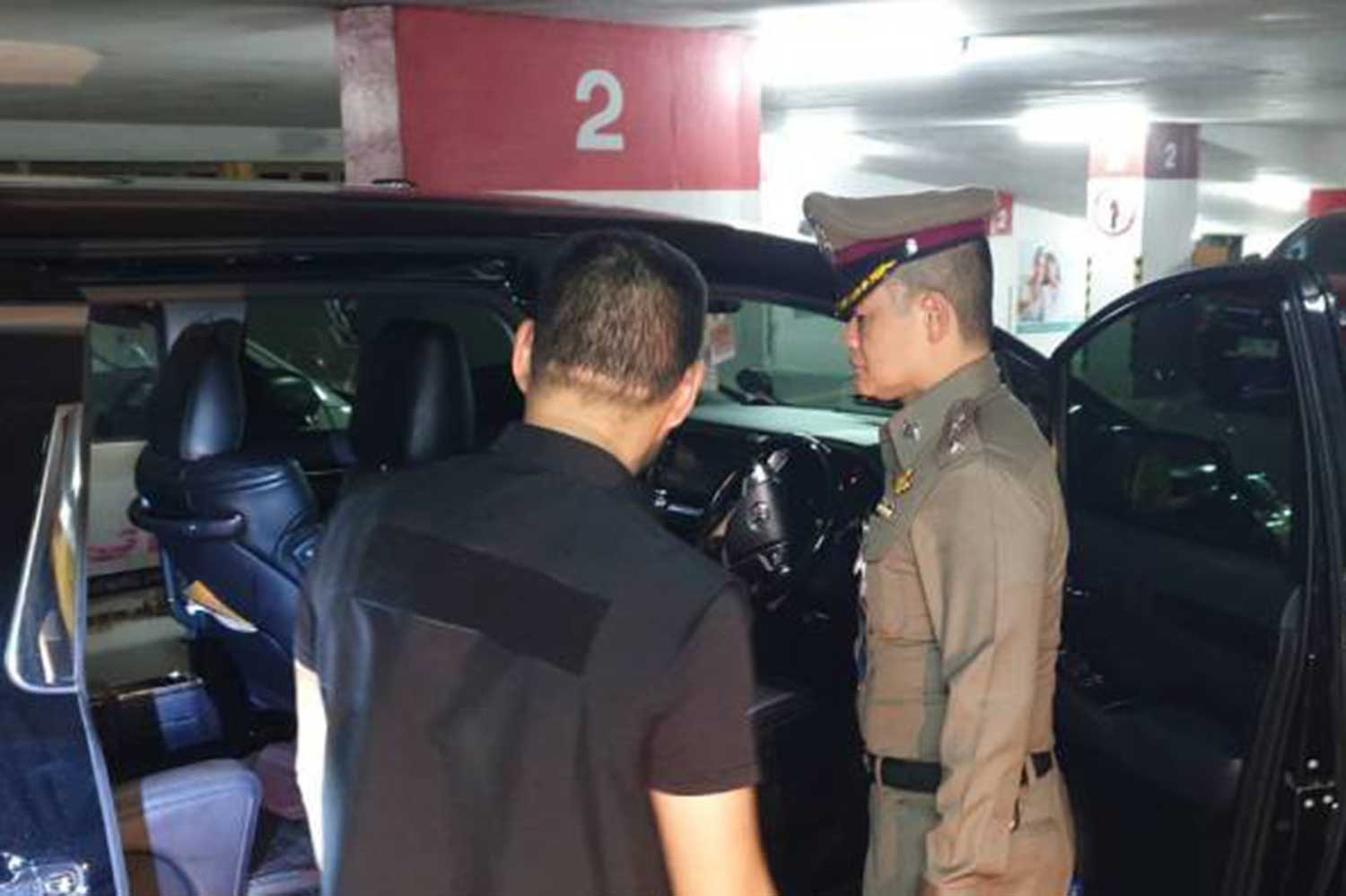 Police examine the car where a woman was fatally shot while her Chinese boyfriend was playing around with a friend's gun, on Rama 3 in Bangkok on Monday night. (Photo taken from www.workpointnews.com)