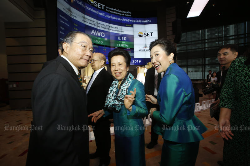 Billionaire Charoen Sirivadhanabhakdi (left) attends the market debut of Asset World Corp Plc, his property arm, at the Stock Exchange of Thailand on Thursday. (Photo by Pornprom Satrabhaya)