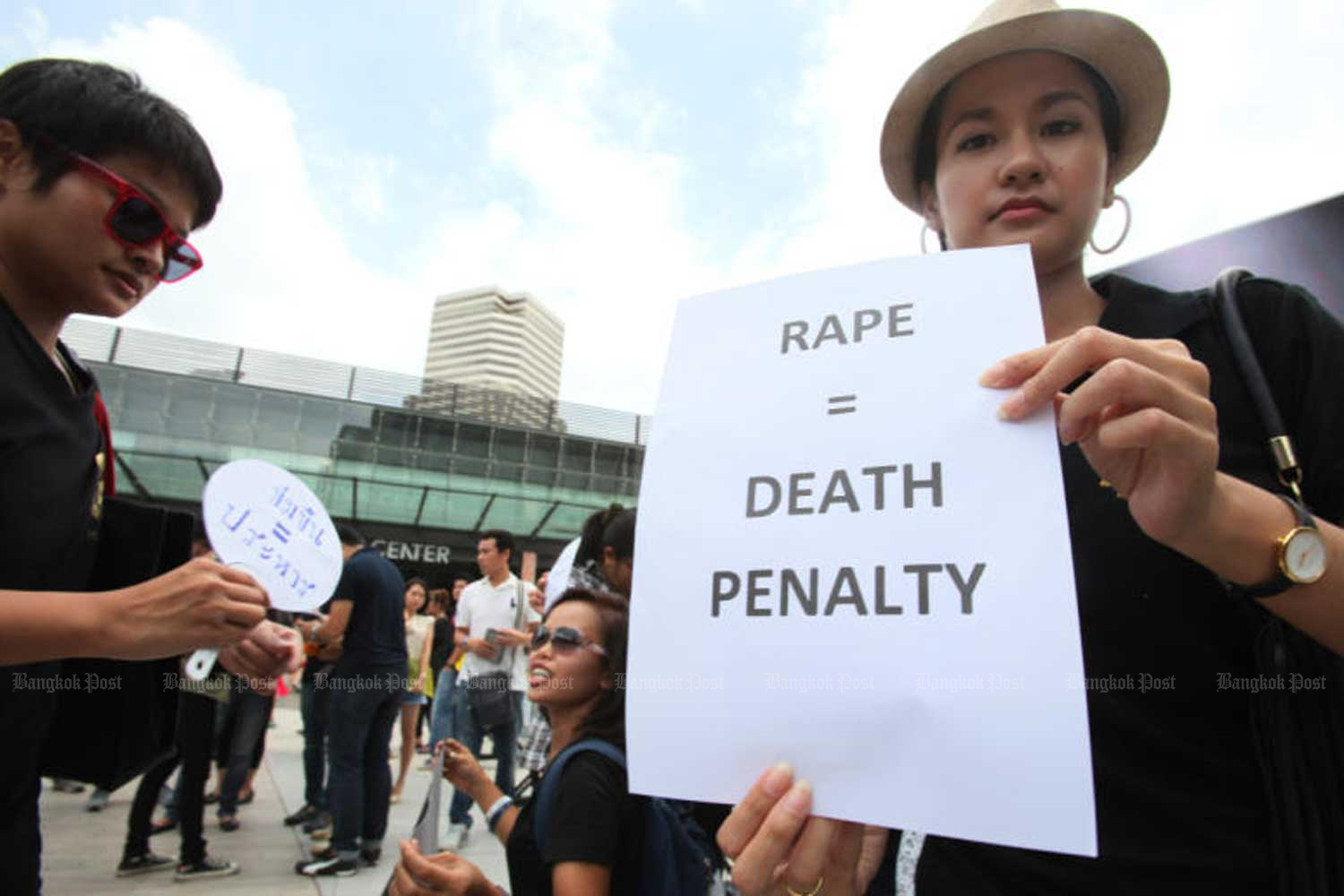 Activists rally in Bangkok in 2014 to urge for death penalty on rapists. (File photo by Apichit Jinakul)