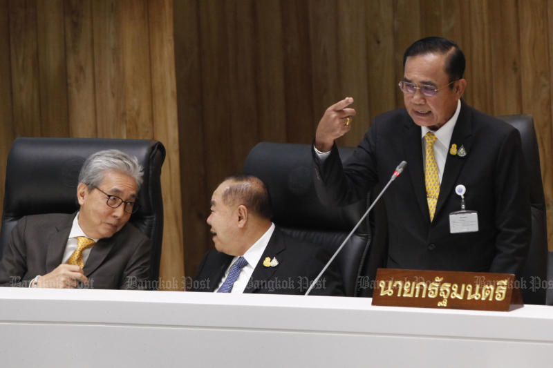 Almost half of respondents to a Nida Poll think the government has been unable to solve the country's problems, while a much smaller number gave it a positive review. (Bangkok Post photo)