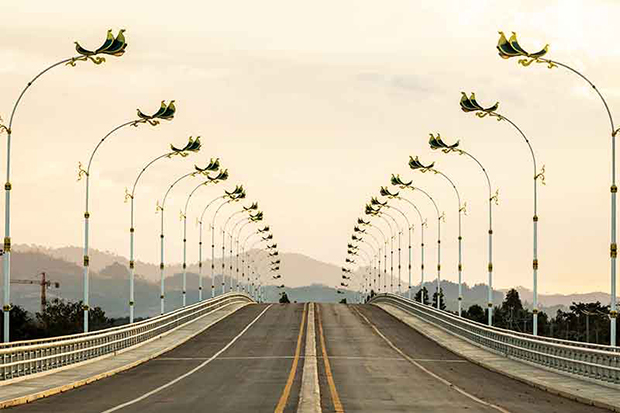 The new bridge linking Mae Sot district of Tak province and Myawaddy town in Myanmar will be officially opened on Oct 30. (Photo by Assawain Pinitwong)