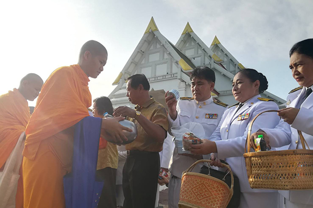 Devotees in Phitsanulok province offer alms to monks in remembrance of the passing of His Majesty King Bhumibol the Great on Sunday. (Photo by Chinnawat Singha)