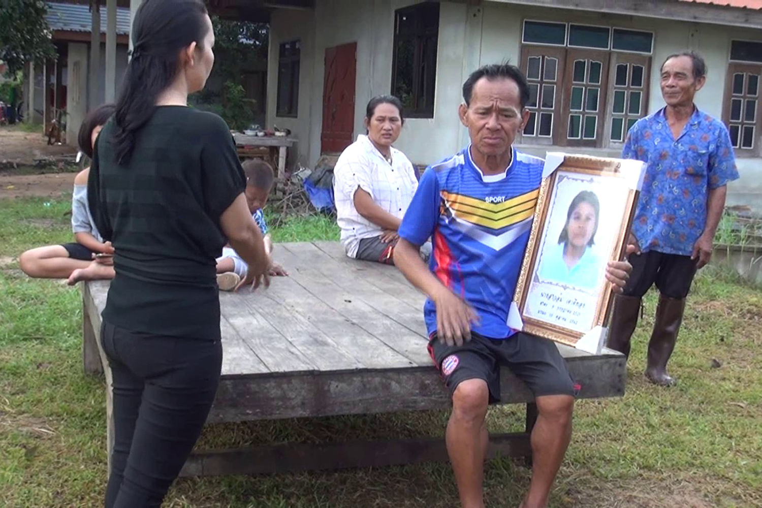 Sakda Taoteethong holds a picture of his late younger sister, Um, after he almost cremated the wrong body due to a mistake committed by Buri Ram Hospital. (Photo by Surachai Piraksa)