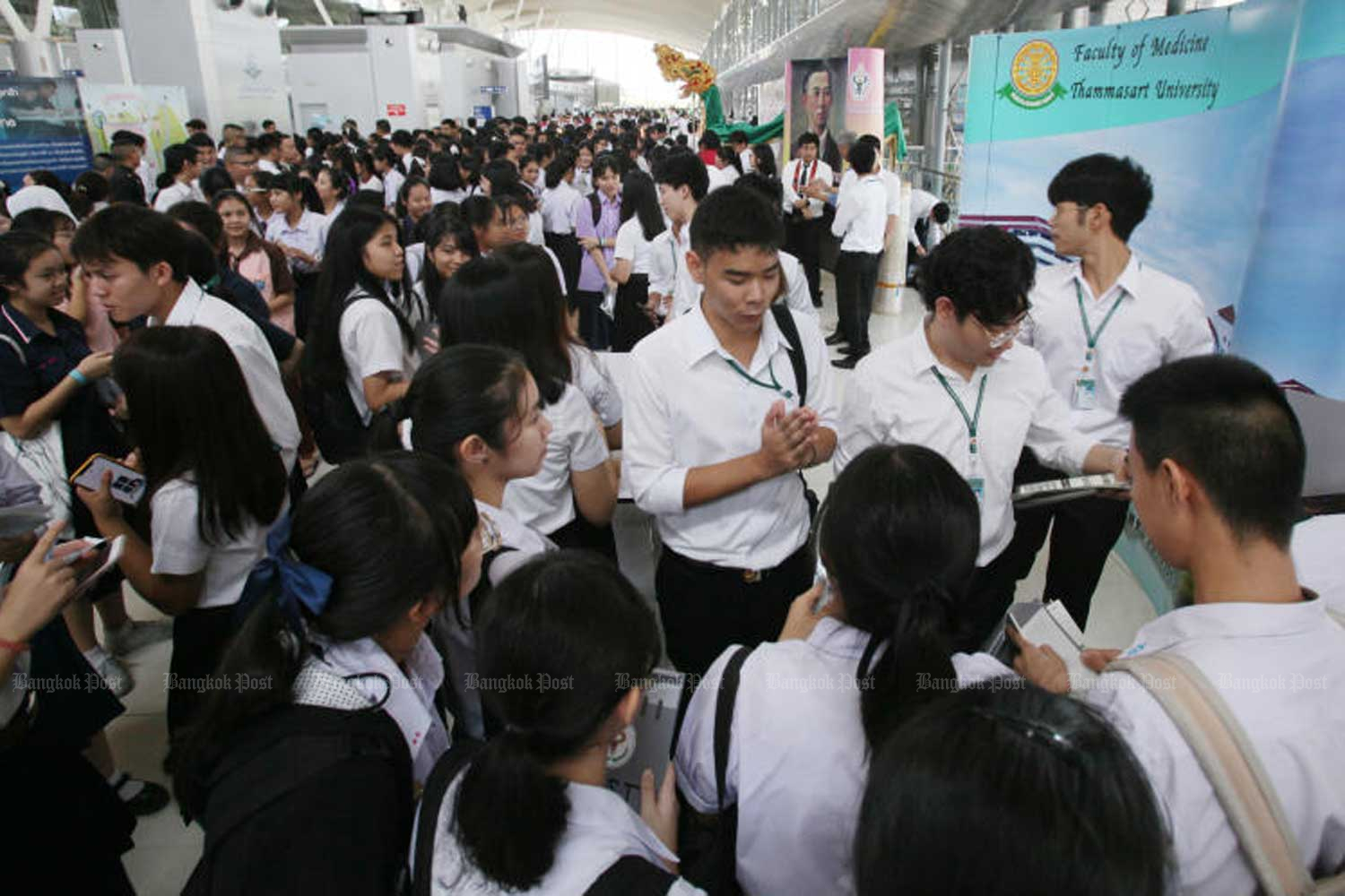 Students wanting to study medical sciences, dentistry and pharmacology participate in an open house event hosted by the Society of Medical Students of Thailand in Bangkok last year. (Bangkok Post file photo)