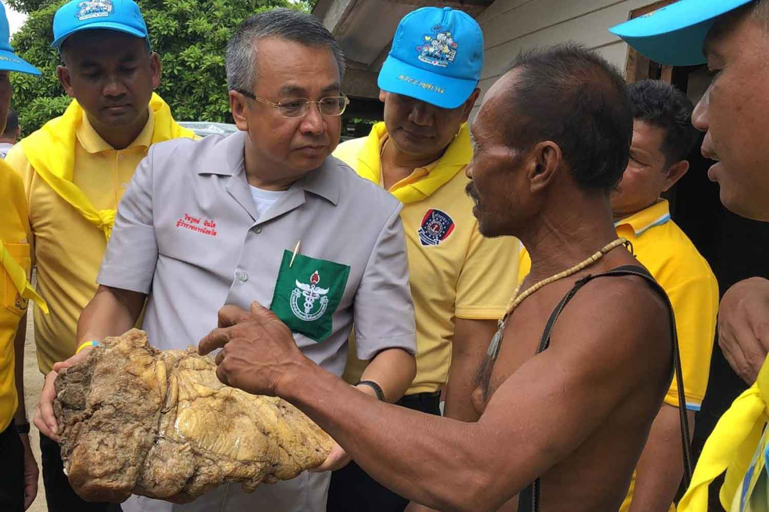Jamras Thiachote, 55, right, shows the six-kilogramme lump that he hopes is ambergris to Surat Thani governor Wichawut Jinto, on Koh Phaluay in Koh Samui district, Surat Thani, on Tuesday. (Photo by Supapong Chaolan)