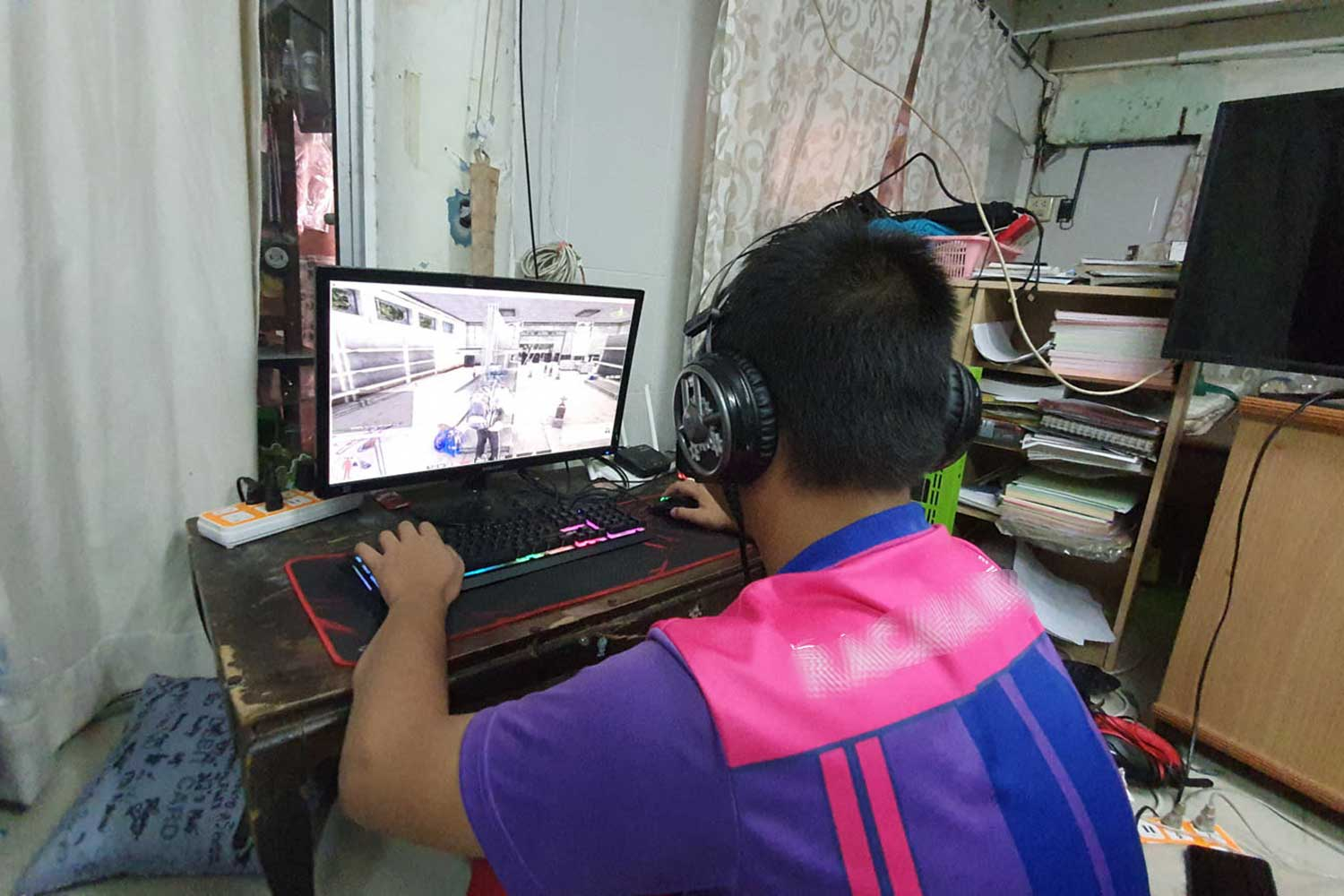 Boy Playing Online Game Threatens Mother With Knife