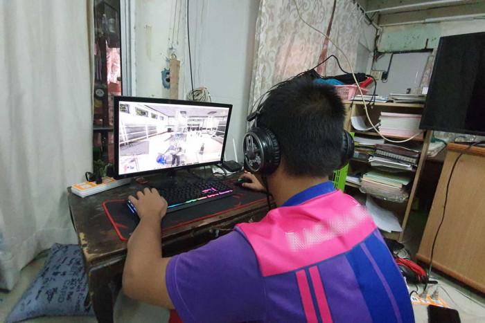 ฺBoy playing online game threatens mother with knife