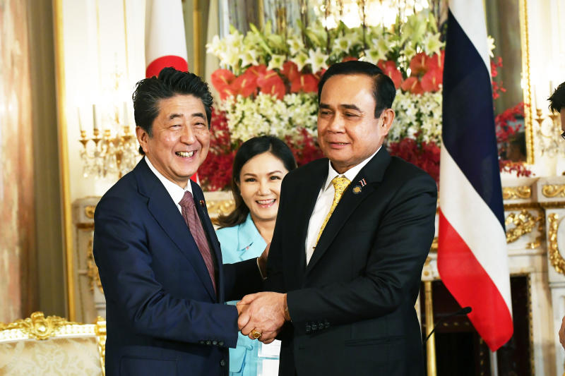 Japanese Prime Minister Shinzo Abe welcomes Prime Minister Prayut Chan-o-cha to a meeting in Tokyo on Wednesday. (Government House photo)