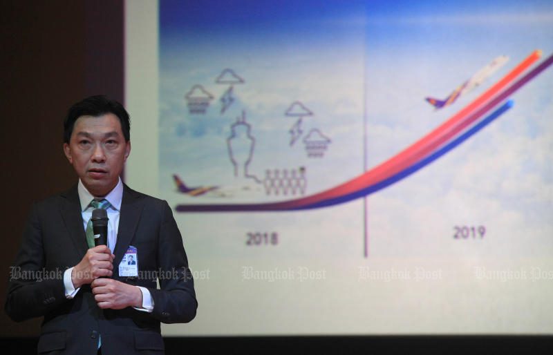 Thai Airways International president Sumeth Damrongchaitham briefs Deputy Prime Minister Somkid Jatusripitak on Sept 20, 2018. On Wednesday he rejected the possibility the loss-ridden airline may be forced to shut down. (Bangkok Post file photo)