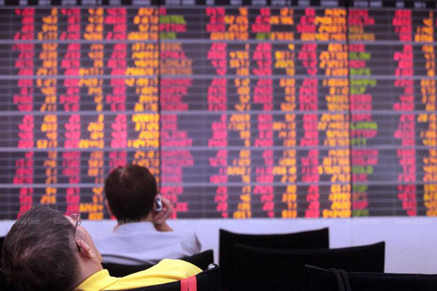 The Stock Exchange of Thailand index slumped 1.71% to 1,593.28 points on Friday. (Bangkok Post file photo)