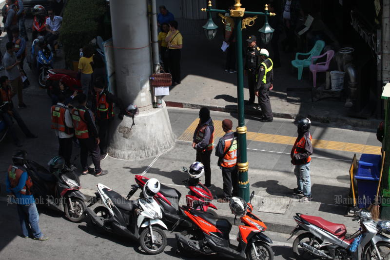 City Hall is looking at tougher punishment of taxi motorcyclists riding on pedestrian walkways. (Photo by Apichart Jinakul)