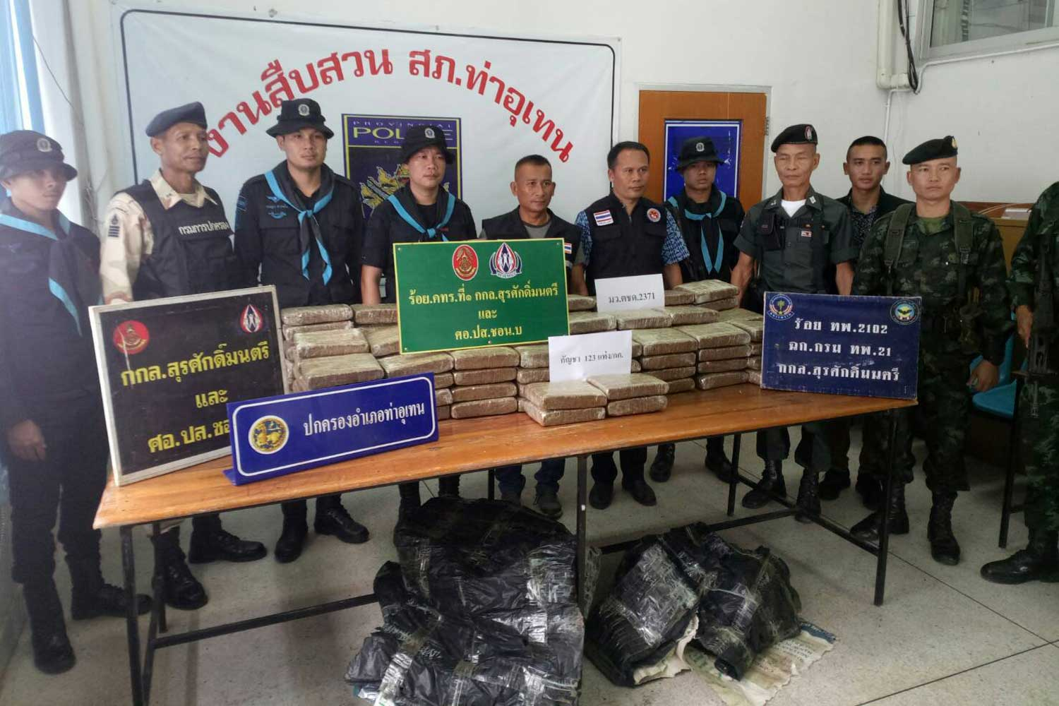 Officials show more than 100 kilogrammes of marijuana seized from a hotel in Tha Uthen district of Nakhon Phanom late Friday night. Suspects escaped. (Photo by Pattanapong Sripiachai)
