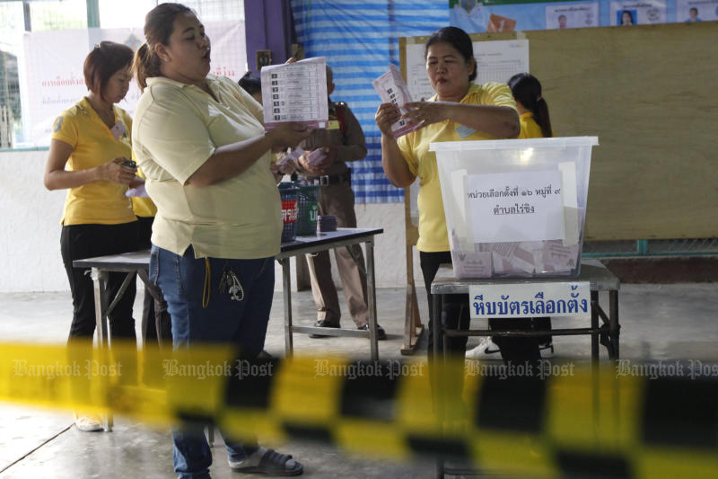 Election officials count ballots at a polling station in Wat Raikhing School in Samphran district of Nakhon Pathom on Wednesday. (Photo Wichan Charoenkiatpakul)