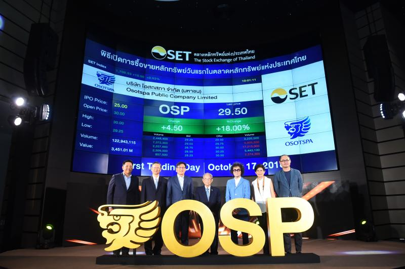 Stock Exchange of Thailand executives led by president Pakorn Peetathawatchai (third left) celebrate the first day of trade for Osotspa Plc on the bourse with company chairman Surin Osathanugrah (centre) and chief executive Petch Osathanugrah (third right) on Oct 16, 2018. (Photo supplied)