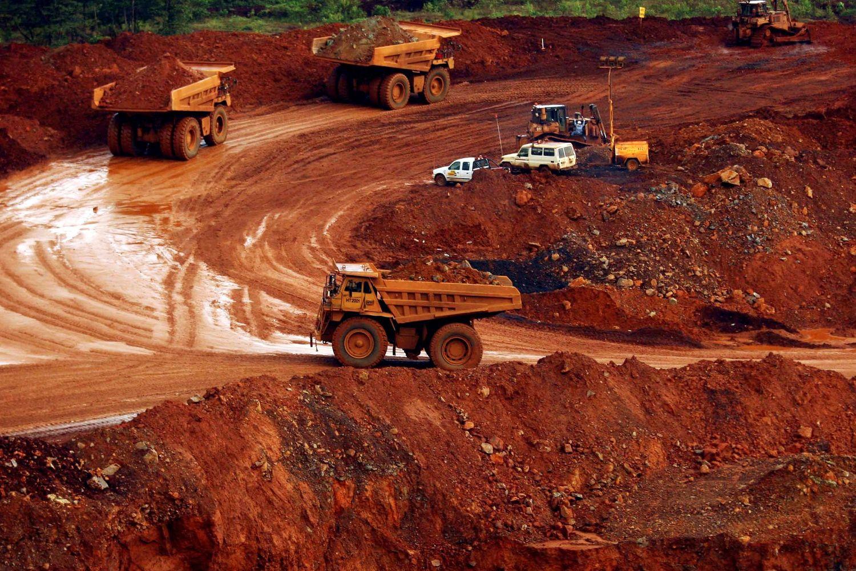 Trucks carry raw nickel ore near Sorowako, Indonesia's Sulawesi island, on Jan 8, 2014. (Reuters photo)