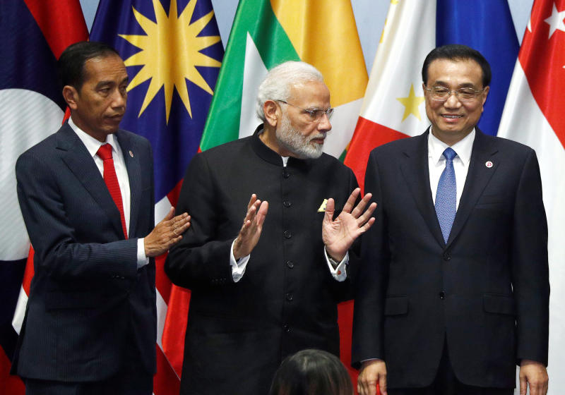 India's Prime Minister Narendra Modi speaks with China's Premier Li Keqiang next to Indonesia's President Joko Widodo as they gather for a group photo with Asean leaders at the Regional Comprehensive Economic Partnership (RCEP) meeting in Singapore Nov 14, 2018. (Reuters file photo)