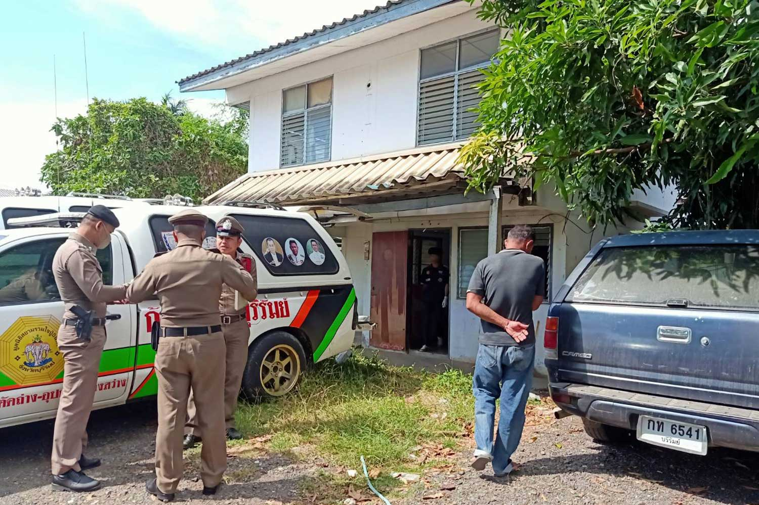Police inspect the house where Pol Lt Col Supasit Somsri, 48, was found hanged, in Nang Rong district, Buri Ram. (Photo by Surachai Pirangsa)