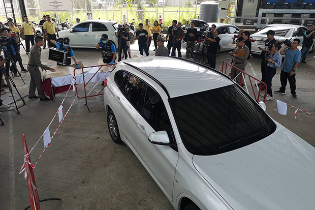 A BMW owned by Wannee Jiracharoenying is towed to the Provincial Police Region 5 office in Chiang Mai for examination by forensic experts. (Photo by Panumet Tanraksa)