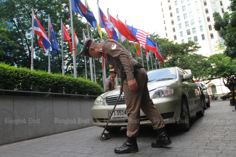 A officer checks a vehicle at the Athenee Hotel in Bangkok on Thursday. (Pphoto by Pawat Laopaisarntaksin)