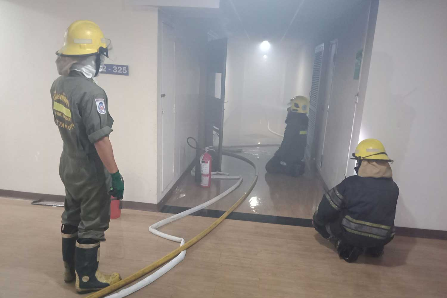 Smoke fills the corridor as firemen put out the blaze inside a room on the ninth floor of a 16-storey condominium building in Pattaya, Chon Buri, early Friday morning. A Norwegian man, 66, died inside his room. (Photo by Chaiyot Pupattanapong)